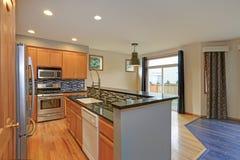 有轻的木细木家具的小紧凑厨房室 库存图片