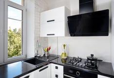 有轻的橡木门面和黑暗的工作台面的当代厨房 库存图片