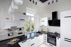 有轻的橡木门面的现代厨房 免版税图库摄影