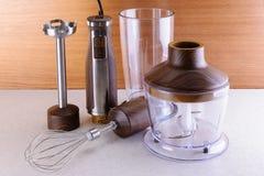 有辅助部件的木手搅拌器在木头和大理石backgrou 免版税库存图片
