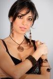 有辅助部件的年轻肉欲的意大利妇女 黑发 图库摄影