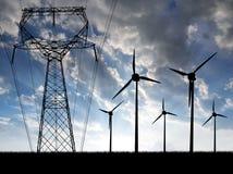 有输电线的风轮机 免版税库存图片