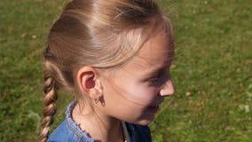 有辫子头发的外形面孔女孩微笑和谈话,大角度看法 影视素材