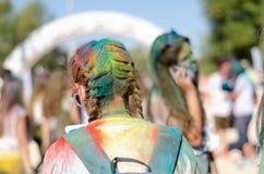 有辫子的五颜六色的头发在自然公园 免版税库存图片