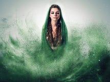 有辫子的妇女在绿色尘土 库存图片