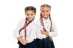 有辫子的姐妹女孩准备好学校 学校时尚概念 是明亮的 学校友谊 妇女团体 免版税库存图片