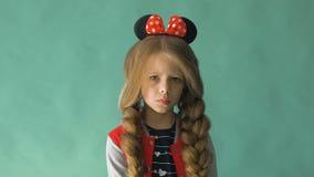 有辫子的小女孩和在她的头发的一把弓 摆在工作室 股票视频
