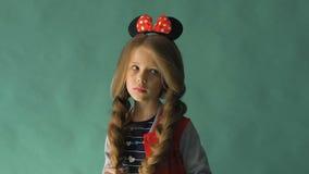 有辫子的小女孩和在她的头发的一把弓 摆在工作室 影视素材