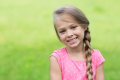 有辫子的微笑的白肤金发的女孩 库存图片