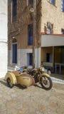 有边车的老摩托车 免版税库存照片