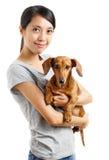 有达克斯猎犬狗的亚裔妇女 库存照片