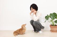 有达克斯猎犬的年轻亚裔妇女 库存图片