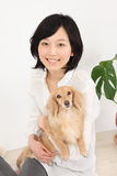 有达克斯猎犬的年轻亚裔妇女 免版税库存照片