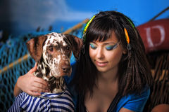 有达尔马提亚狗的年轻美丽的女渔翁 库存图片