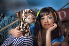 有达尔马提亚狗的年轻美丽的女渔翁 库存照片