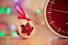 有迅速被弄脏的作用时间圣诞树玩具的红色时钟 免版税库存照片