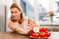 有过敏症的不吃的妇女对变态反应原蕃茄 库存图片