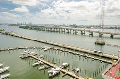 有迈阿密南海滩小船和地平线的小游艇船坞  库存照片