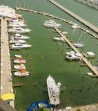 有迈阿密南海滩小船和地平线的小游艇船坞  库存图片