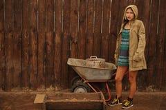 有运作在农场的蓝眼睛的俄国秀丽金发碧眼的女人 俄国秀丽的概念 免版税库存图片
