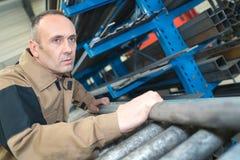 有运作在冶金学工厂的盔甲的人 免版税库存照片