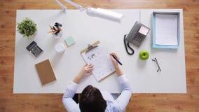 有运作在办公桌的纸的女实业家 股票录像