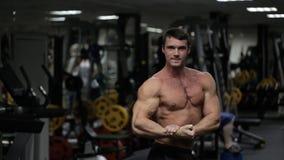有运动体质的男性运动员,摆在健身房 影视素材