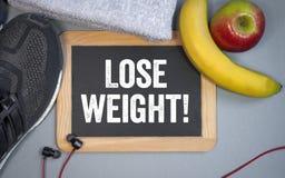 有运动鞋和营养的黑板和丢失重量 免版税图库摄影