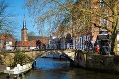 有运河、桥梁和五颜六色的传统房子的全景在布鲁基, Belguim 免版税图库摄影