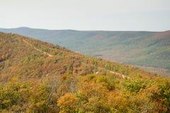 有运行在山的冠的路的Talimena风景小路 免版税库存照片