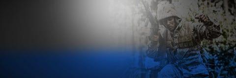 有运行在森林里的武器的军事战士 免版税库存图片
