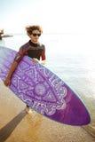有运行在海滩的水橇板的愉快的人冲浪者 库存图片
