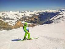 有运行的背包的Freeride滑雪者下坡 库存照片