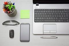 有运转的辅助部件的现代办公桌,顶视图 免版税库存照片
