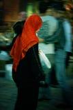 有运载她的孩子的顶盖的赶紧的回教妇女在开罗,埃及 免版税库存照片