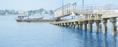 有运载某些人的小船的跳船Ghat 全景 免版税库存图片