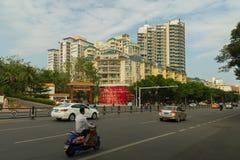 有运输的中央高速公路在海南岛上的三亚市 库存照片