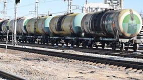 有运货车的机车 铁路 铁路运输和睡眠者 股票视频