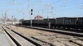 有运货车的机车 铁路 铁路运输和睡眠者 影视素材