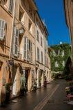 有进入房子的妇女的巷道在艾克斯普罗旺斯 免版税库存图片