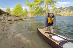 有远征的资深桨手站立paddleboard 免版税库存照片