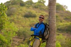 有远足在山感觉自由享用的旅行逃走的迁徙的背包的年轻愉快和可爱的运动的徒步旅行者人 免版税库存图片
