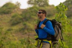 有远足在山感觉自由享用的旅行逃走的迁徙的背包的年轻愉快和可爱的运动的徒步旅行者人 免版税库存照片