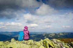 有远足在山的背包的妇女旅客和美好的夏天环境美化 免版税库存照片