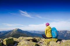 有远足在山的背包的妇女旅客和美好的夏天环境美化 库存照片