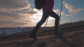 有远足在山的背包的妇女旅客 走在山、自由和幸福的剪影徒步旅行者 影视素材