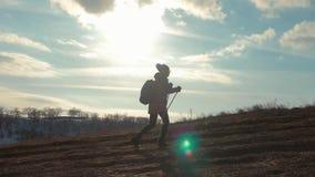 有远足在山的背包的妇女旅客 走在山、自由和幸福的剪影徒步旅行者 股票录像
