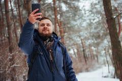 有远足旅行生活方式冒险概念活跃假期的背包的人旅客室外 美好的森林横向 库存图片