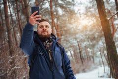 有远足旅行生活方式冒险概念活跃假期的背包的人旅客室外 美好的横向 库存图片