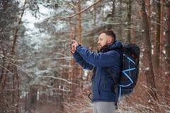 有远足旅行生活方式冒险概念活跃假期的背包的人旅客室外 美好的横向 免版税库存图片